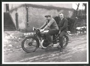 Fotografie Motorrad DKW, Männer sitzen auf Krad mit Kennzeichen IT-36