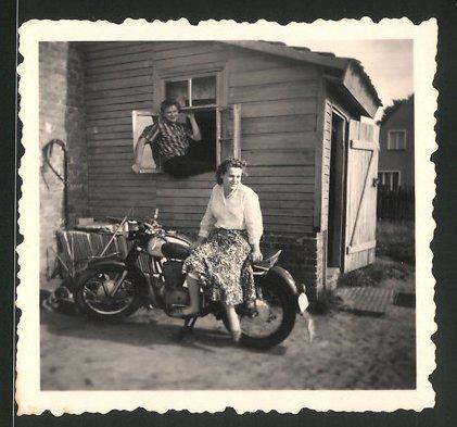Fotografie Motorrad AWO 425 Sport, hübsche junge Dame auf Krad sitzend 0