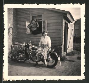 Fotografie Motorrad AWO 425 Sport, hübsche junge Dame auf Krad sitzend
