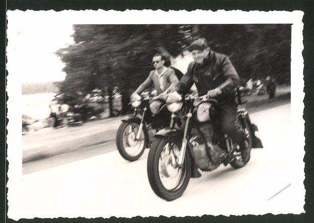 Fotografie Motorrad AWO 425 Sport, junge Männer bei einer Ausfahrt 0