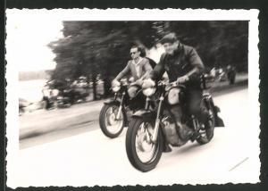 Fotografie Motorrad AWO 425 Sport, junge Männer bei einer Ausfahrt