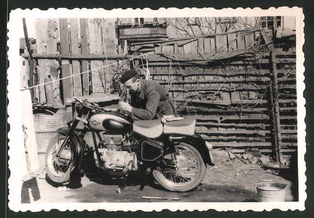 Fotografie Motorrad AWO 425 Sport, Fahrer führt Reparatur am Lenker aus 0
