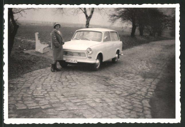 Fotografie Auto Sachsenring Trabant 601 Trabbi, Hausfrau steht am PKW 0