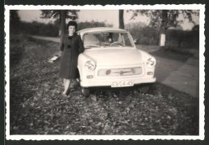Fotografie Auto Sachsenring Trabant 601 Trabbi, Hausfrau lehnt stolz am PKW