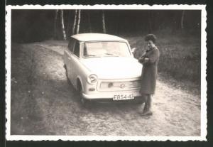 Fotografie Auto Sachsenring Trabant 601 Trabbi, stolze Hausfrau steht am PKW