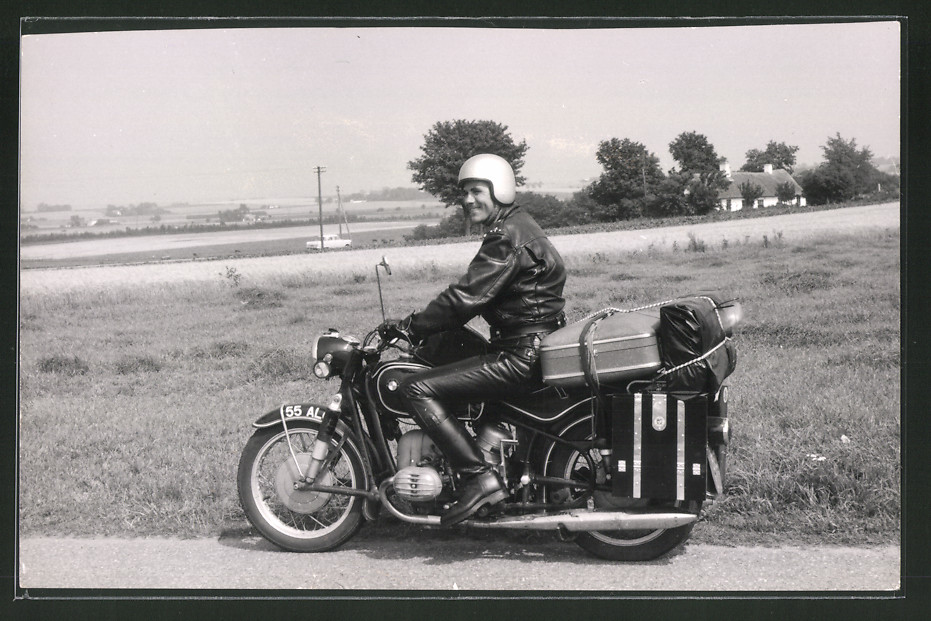 Fotografie Motorrad BMW, Fahrer auf voll beladenem Krad mit Boxer-Motor 1960 0