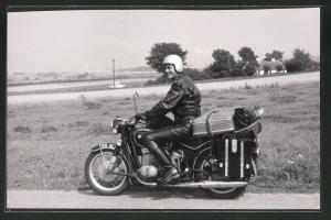 Fotografie Motorrad BMW, Fahrer auf voll beladenem Krad mit Boxer-Motor 1960