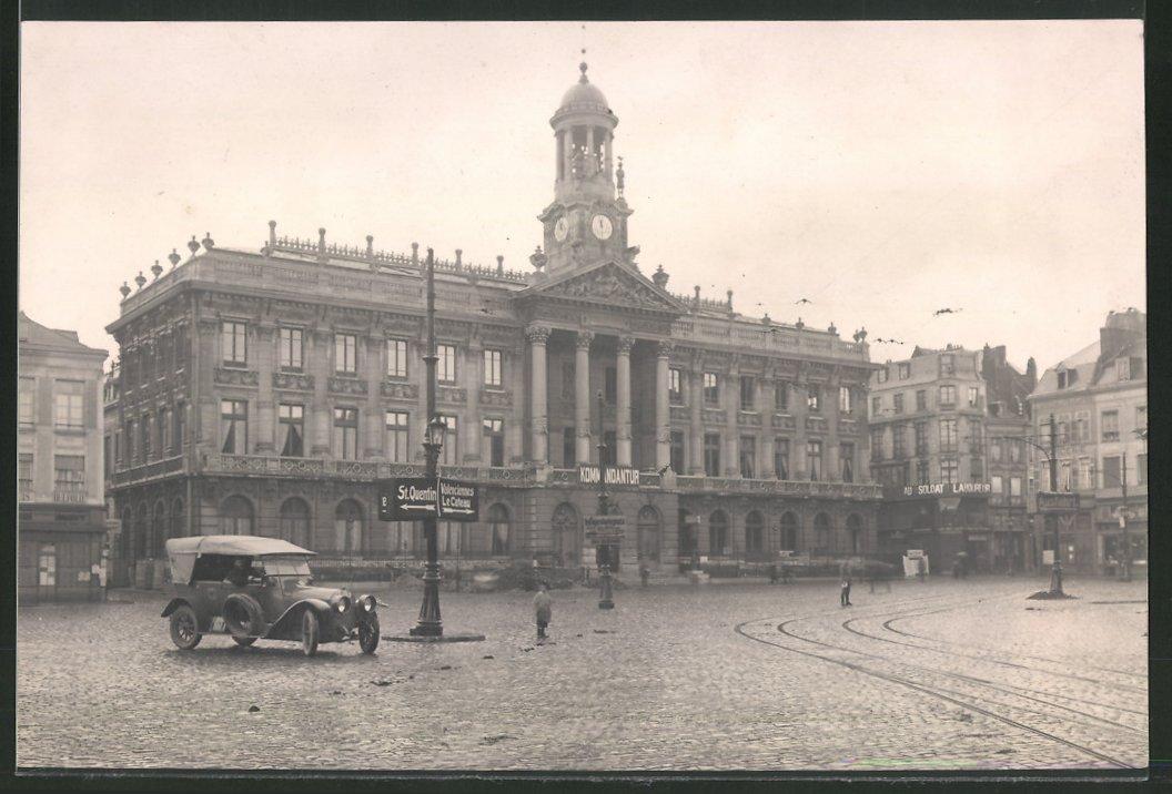 Fotografie Ansicht Cambrai, Deutsche Besetzung, Schild Kommandantur am Rathaus, Auto mit Reichsadler auf der Tür, 1.WK 0