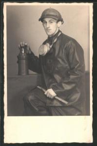 Fotografie Bergmann mit Grubenlampe, Gasmaske, Hammer & Helm