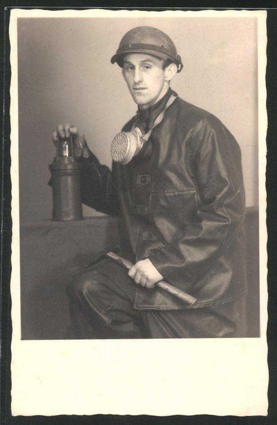 Fotografie Bergmann mit Grubenlampe, Gasmaske, Hammer und Helm 0