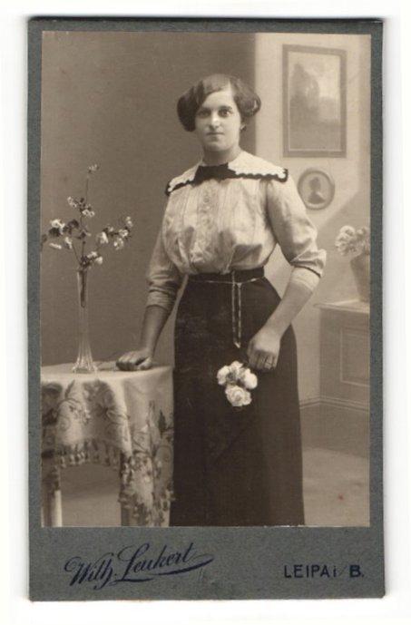 Fotografie Wilh. Leukert, Leipa i. B., Portrait hübsches Fräulein mit Blumen in der Hand 0
