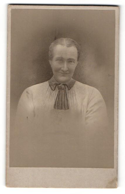 Fotografie Fotograf & Ort unbekannt, Portrait lächelnde Dame mit Halstuch 0