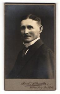 Fotografie Paul Schindler, Wittenberg i. S., Portrait dunkelhaariger Herr mit Mittelscheitel