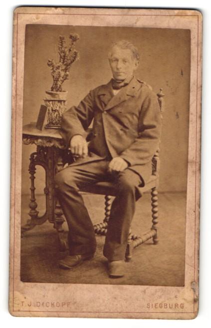 Fotografie T. J. Dickopf, Siegburg, Portrait betagter Herr im Anzug 0