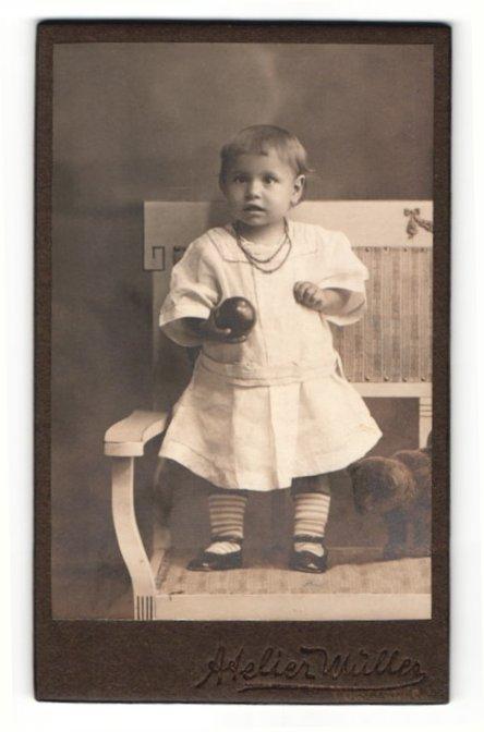Fotografie Atelier Müller, Ort unbekannt, Portrait niedliches kleines Mädchen mit Ball in der Hand 0