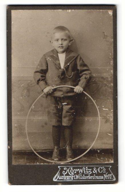 Fotografie Horwitz & Co, Marburg, Portrait frecher blonder Bube mit Reifen 0
