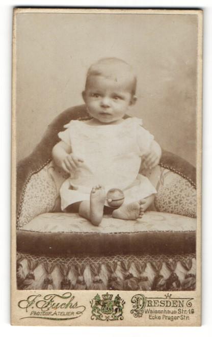Fotografie J. Fuchs, Dresden, Portrait niedliches blondes Kleinkind im weissen Kleidchen 0