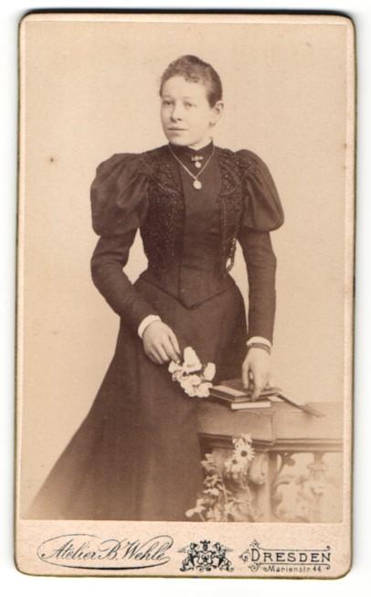 Fotografie B. Wehle, Dresden, Portrait bezaubernde Schönheit mit Blume im prachtvollen Kleid 0