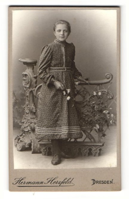 Fotografie Hermann Herzfeld, Dresden, Portrait lächelndes Mädchen mit Blumen 0