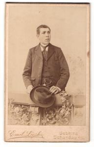 Fotografie Emil Lieske, Sebnitz, Portrait stattlicher junger Mann mit Hut im Anzug