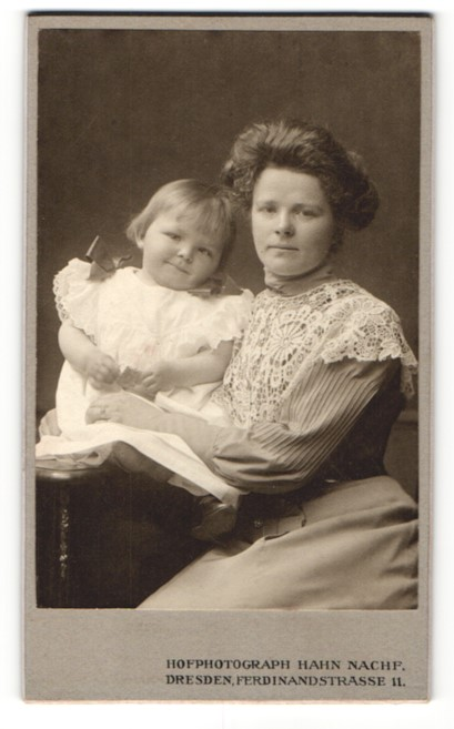 Fotografie Atelier Hahn, Dresden, Portrait brünette Schönheit mit lächelnder kleiner Tochter 0