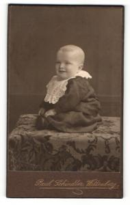 Fotografie Paul Schindler, Wittenberg, Portrait lachendes Kleinkind im niedlichen Kleidchen