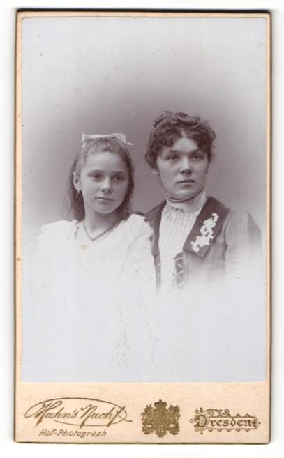 Fotografie Atelier Hahn, Dresden, Portrait zwei wunderschöne junge Frauen in tollen Kleidern 0