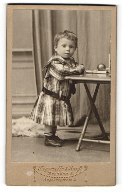 Fotografie Taggeselle & Ranft, Dresden-A., Portrait bezauberndes Mädchen im karierten Kleidchen 0