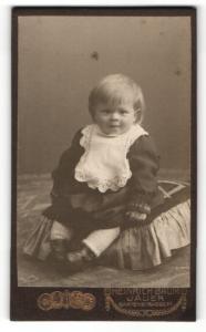 Fotografie Heinrich Baum, Jauer, Portrait blondes niedliches Mädchen im schönen Kleid