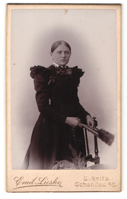 Fotografie Emil Lieske, Sebnitz, Portrait wunderschönes Fräulein im schwarzen gerüschten Kleid 0
