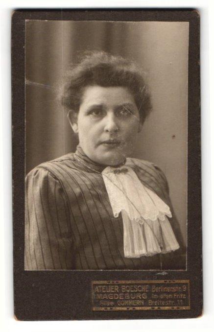 Fotografie Atelier Boesche, Magdeburg, Portrait brünette junge Frau mit Halstuch und Brosche 0