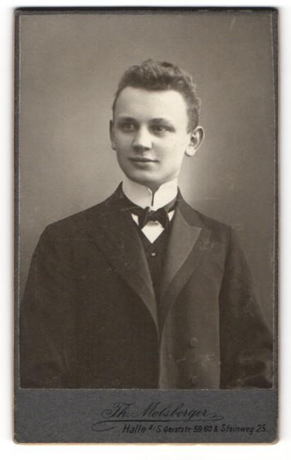Fotografie Th. Molsberger, Halle a. S., Portrait niedlicher Bube in Fliege und Anzug 0