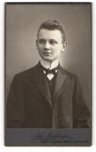 Fotografie Th. Molsberger, Halle a. S., Portrait niedlicher Bube in Fliege und Anzug