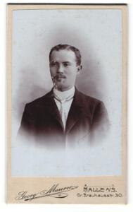 Fotografie Georg Maurer, Halle a. S., Portrait stattlicher junger Mann in Krawatte und Anzug