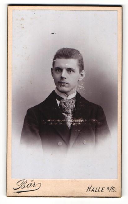 Fotografie M. Bär, Halle a. S., Portrait junger Mann in Krawatte und Jackett 0