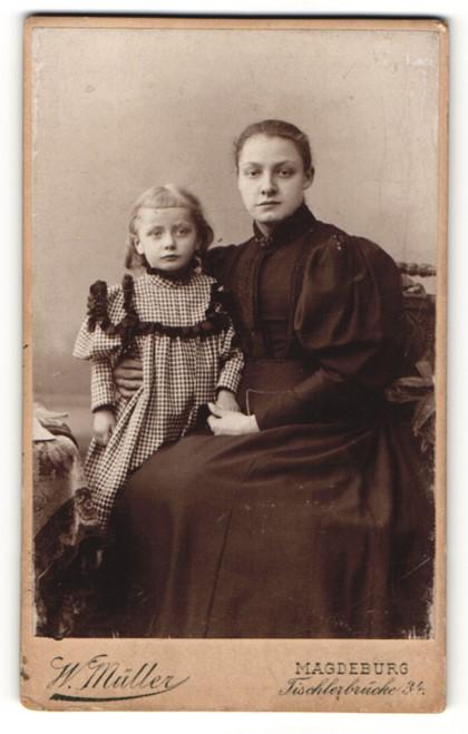 Fotografie W. Müller, Magdeburg, Portrait hübsche Mutter und blonde süsse Tochter in schönen Kleidern 0