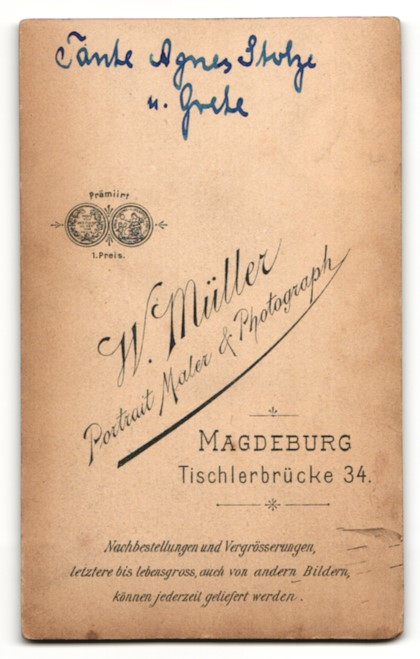 Fotografie W. Müller, Magdeburg, Portrait hübsche Mutter und blonde süsse Tochter in schönen Kleidern 1