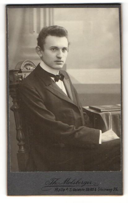 Fotografie Th. Molsberger, Halle a. S., Portrait dunkelhaariger junger Mann im schwarzen Anzug 0