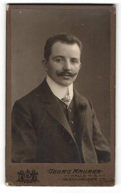 Fotografie Georg Maurer, Halle a. S., Portrait charmanter junger Mann mit Bart und Ansteckblume 0
