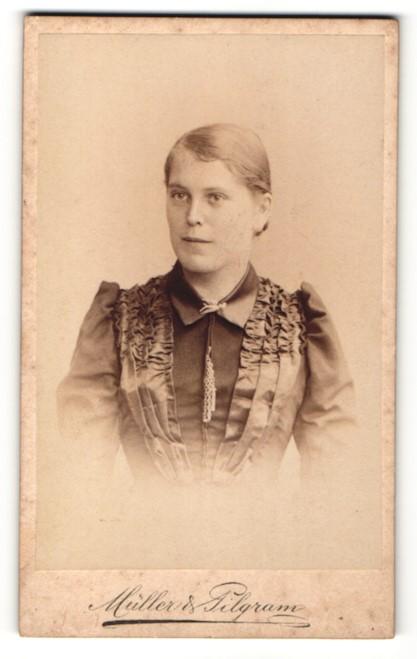 Fotografie Müller & Pilgram, Halle a. S., Portrait bezaubernde Schönheit in elegant gerüschter Bluse 0