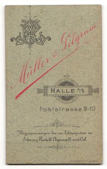 Fotografie Müller & Pilgram, Halle a. S., Portrait bezaubernde Schönheit in elegant gerüschter Bluse 1