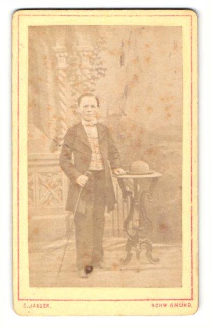 Fotografie C. Jaeger, Schw. Gmünd, Portrait Knabe mit Gehstock und Hut im Anzug 0