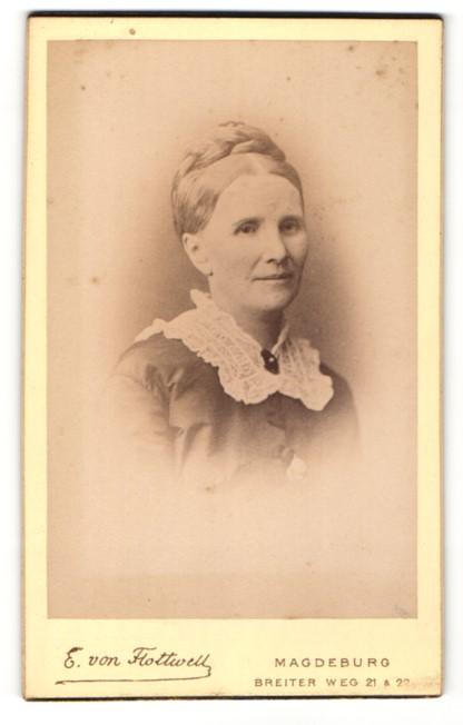 Fotografie E. von Flottwell, Magdeburg, Portrait hübsche Dame mit Flechtzopf 0