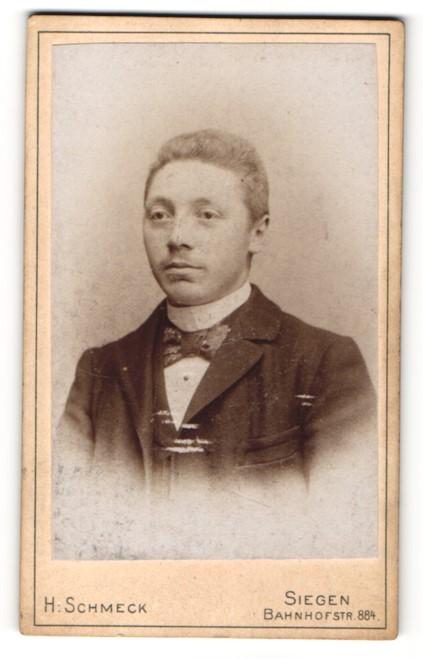 Fotografie H. Schmeck, Siegen, Portrait junger Mann mit Fliege im Jackett 0