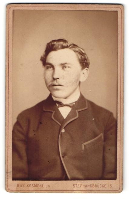 Fotografie Max Kosmehl, Magdeburg, Portrait charmant blickender Mann im eleganten Jackett 0
