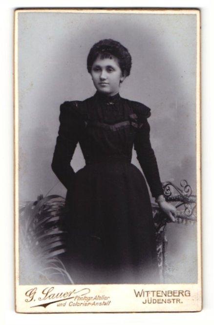 Fotografie G. Sauer, Wittenberg, Portrait dunkelhaarige Schönheit im schwarzen Kleid 0