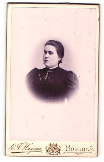 Fotografie G. F. Hagmann, Borrby, Portrait dunkelhaariges Fräulein mit Brosche am Kragen 0