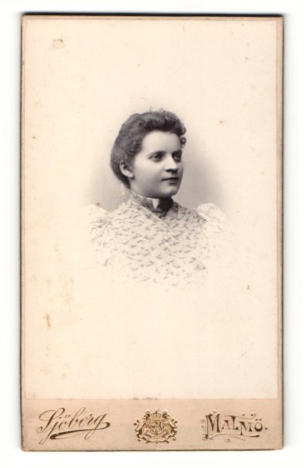 Fotografie Axel Sjöberg, Malmö, Portrait hübsches Fräulein in elegant bedruckter Bluse 0