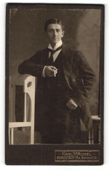 Fotografie Karl Mäckel, Burgstädt i. S., Portrait charmanter junger Mann mit Zigarette 0
