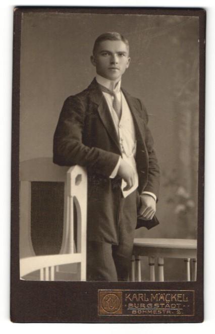 Fotografie Karl Mäckel, Burgstädt, Portrait hübscher junger Mann in Krawatte und Anzug 0
